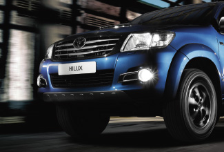 Hilux 4x4, Blue exterior, front side view, street shot