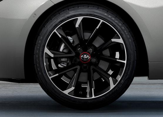 18 colių dviejų tonų juodos spalvos ir apdorotų paviršių lengvojo lydinio ratlankiai su raudonais ratų dangtelių apvadais